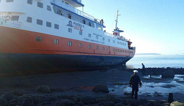 کشتی مسافری در شیلی به گل نشست