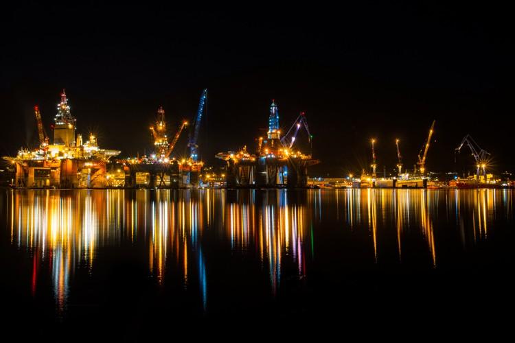 تصاویری زیبا از سکوهای دریایی در شب