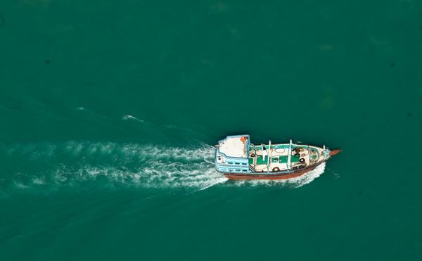 نجات 6 سرنشین یک لنج باری در آبهای جزیره ابوموسی