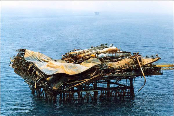 حمله آمریکاییها به سکوهای نفتی در خلیج فارس