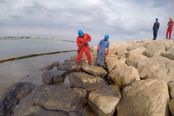 لکههای نفتی در جزیره خارگ پاکسازی شد