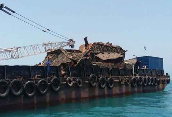 خارج سازی شناور مغروقه در دهانه بندر بهمن برای افزایش ایمنی