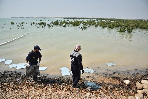 مقابله با آلودگی نفتی در ساحل خور سمایلی استان خوزستان