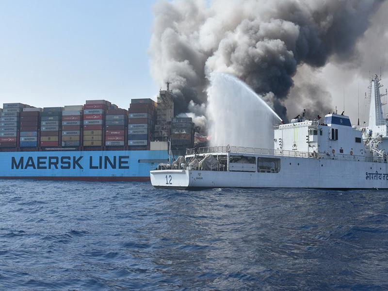 کشتی مرسک هنوز هم در آتش میسوزد