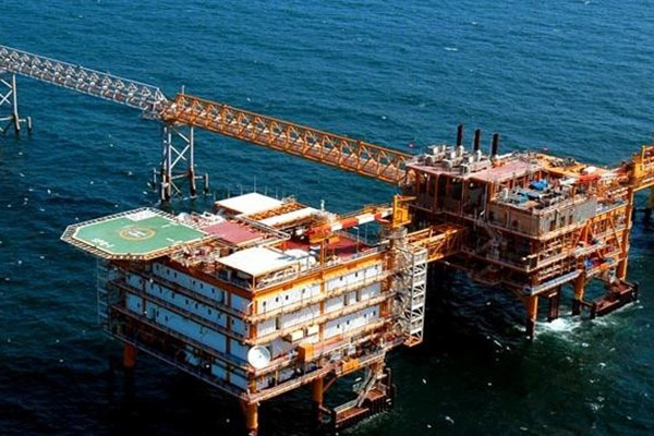 قراردادهای نفت در حمایت از سازندگان داخلی تعدیل شود