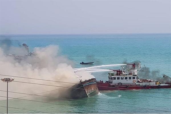 مهار آتش سوزی در اسکله بندر کنگان
