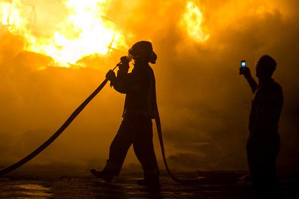 حریق در اسکله صیادی کیش؛ ۵ لنج در آتش سوخت