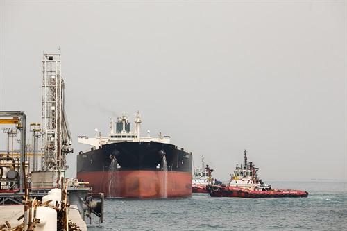 عضو کمیسیون انرژی: توقف صادرات نفت خام ایران امکانپذیر نیست