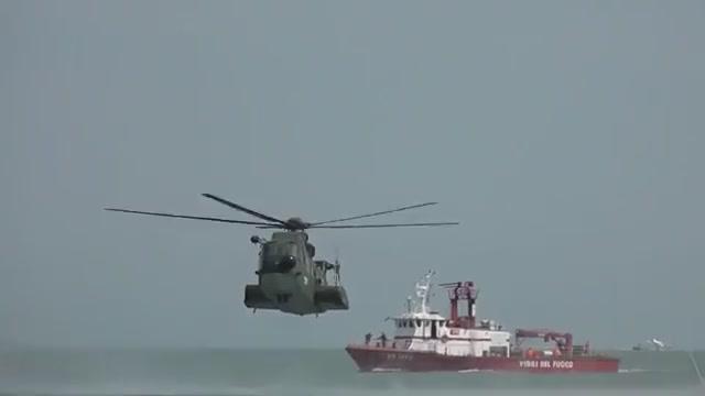 کلیپی جذاب از فرود هلی کوپتر در دریا